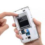 لبه زیرین باتری گوشی را با نوک اسپاتول یا قاب باز کن از جایگاهش بلند کنید و سپس باتری را به سمت عقب بکشید و کامل از بدنه گوشی جدا نمایید.