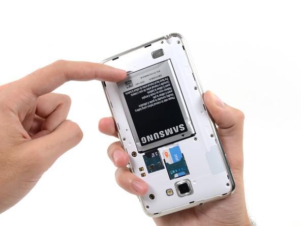 لبه زیرین باتری را با انگشت از جایگاهش بلند کرده و سپس آن را به سمت عقب بکشید تا کاملا از روی بدنه گلکسی نوت جدا شود.