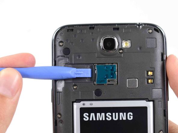 نوک قاب باز کن را روی لبه رم میکرو اس دی (Micro SD) گوشی قرار داده و آن را به سمت داخل هول داده و سپس رها کنید تا آزاد شود.