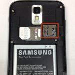 اگر در Galaxy S2 T989 تعمیری حافظه SD نصب است، لبه آن را هم مثل سیم کارت به سمت داخل هول دهید تا آزاد شود.