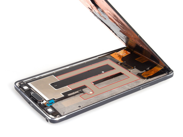 با سشوار، آیاوپنر یا هیتر مادون قرمز به وسط ال سی دی گلکسی نوت 4 تعمیری گرمای نسبتا ملایمی وارد کنید. اگر از سشوار استفاده میکنید حداقل 2 الی 3 دقیقه به وسط ال سی دی گوشی گرما بدهید تا چسب های نگهدارنده پشت ال سی دی گوشی خاصیت چسبندگی خود را از دست دهند.