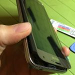 تاج و ال سی دی گلکسی S5 Neo را به صورت کتابی از لبه فوقانی باز کنید.