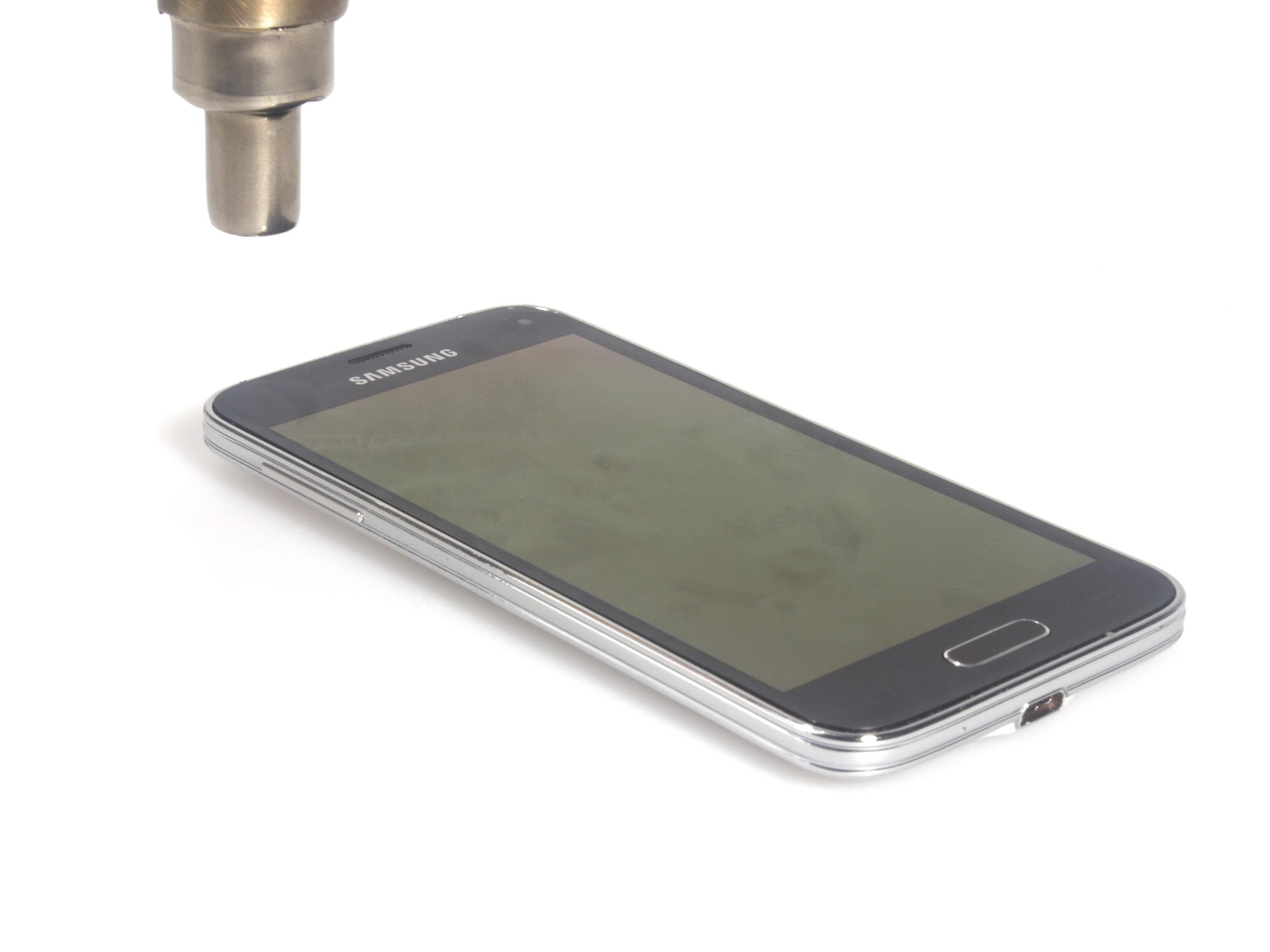 با سشوار یا آیاوپنر (iOpener) به اطراف لبه های ال سی دی گلکسی اس 5 مینی تعمیری گرمای ملایمی اعمال کنید.