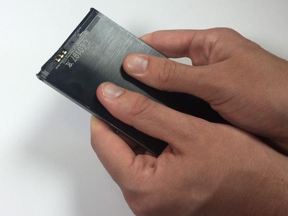 دو انگشت شست خود را مثل عکس اول روی درب پشت گوشی قرار دهید و با انگشتان دیگرتان بدنه اصلی گوشی را محکم نگه دارید. حالا سعی کنید با انگشتان شست خود درب پشت هوآوی اسند پی 6 تعمیری را به سمت بالا هول دهید. دقت کنید که بدنه گوشی باید قابت نگه داشته شود. هول دادن درب پشت را تا جایی ادامه دهید که کاملا آزاد شود.