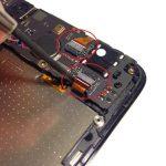 دو کانکتوری که از در عکس اول با رنگ قرمز مشخص شدهاند را از روی مادربرد اسند جی 630 تعمیری آزاد کنید. برای انجام این کار از اسپاتول سر صاف یا قاب باز کن پلاستیکی کمک بگیرید.