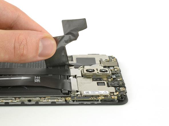 چسبی که در لبه فوقانی باتری هوآوی میت 9 تعمیری به صورت عرضی نصب شده را به آرامی از روی باتری و سیم های روی آن جدا کنید. مراقب باشید که در حین جداسازی این چسب به سیم های روی باتری و کانکتور آن ها فشاری وارد نشود. چسب مورد نظر در عکس اول له وضوح مشخص است.