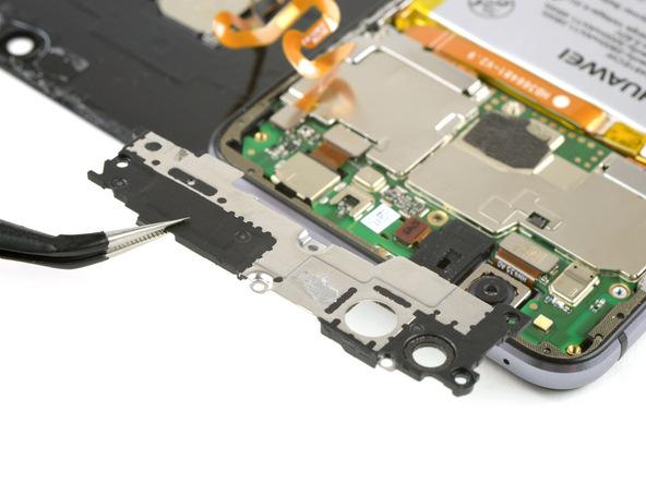 درپوش یا براکتی که روی لبه فوقانی مادربرد هوآوی پی 10 لایت (P10 Lite) قرار دارد را با پنس گرفته و از این بخش جدا نمایید.
