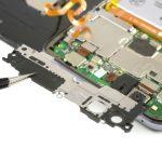 درپوش لبه فوقانی مادربرد هوآوی پی 10 لایت (Huawei P10 Lite) را با پنس از روی آن بردارید.