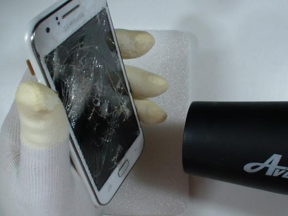 با سشوار یا آیاوپنر (iOpener) برای مدت زمان 1 دقیقه به بخش زیرین صفحه نمایش گوشی Galaxy J1 گرما بدهید.