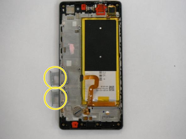 دو خشاب سیم کارت و حافظه SD گوشی را از لبه سمت چپ قاب آن جدا نمایید.