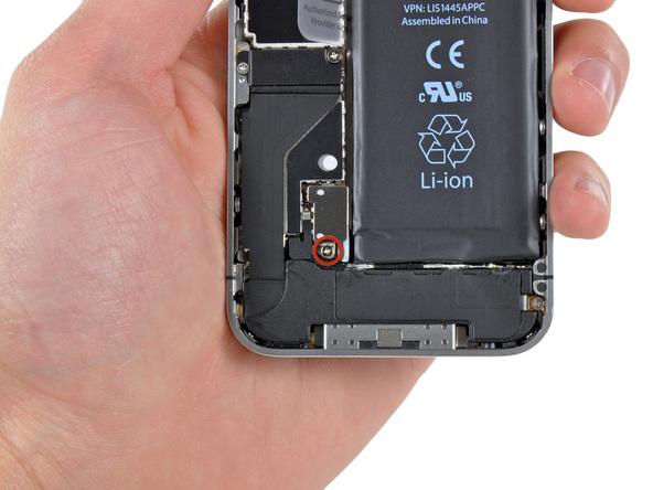 پیچ 2.5 میلیمتری که در عکس با رنگ قرمز مشخص شده و نگهدارنده براکت روی کانکتور باتری آیفون 4 است را باز کنید.