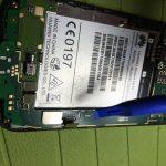 نوک قاب باز کن پلاستیکی را زیر کانکتور ال سی دی Ascend G610 تعمیری قرار داده و به آرامی آن را از روی سوکتش آزاد کنید.