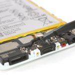 کانکتور کپسول اسپیکر هوآوی P9 تعمیری را با نوک اسپاتول سر صاف از روی فلت شارژ گوشی آزاد کنید. این کانکتور در عکس دوم به وضوح قابل مشاهده است.