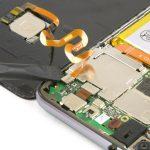 کانکتور باتری هوآوی P10 Lite (پی 10 لایت) را با نوک اسپاتول سر صاف یا قاب باز کن پلاستیکی از روی برد آزاد کنید.