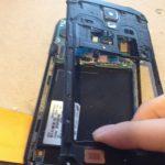 به آرامی فریم پلاستیکی روی بدنه گلکسی اس 4 اکتیو تعمیری را از روی گوشی بردارید.