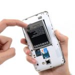 باتری گوشی را در گوشه امنی قرار دهید و ادامه پروسه تعویض اسپیکر گلکسی نوت را روی بدنه گلکسی نوت دنبال کنید.