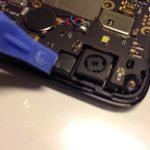 کانکتور دوربین اسند جی 630 تعمیری را هم از گوشه قاب آن آزاد کنید.