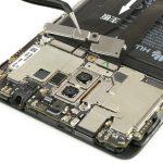 براکت لبه فوقانی باتری میت 9 هوآوی (Huawei Mate 9) را با پنس از روی آن جدا کنید.