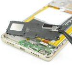 به نوک پنس گوشه سمت راست کپسول اسپیکر هوآوی P9 Lite تعمیری را گرفته و خیلی آرام آن را از روی قاب گوشی بلند نمایید.
