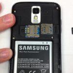 حافظه SD گوشی را با انگشت یا پنس از شیار مخصوص آن خارج نمایید.