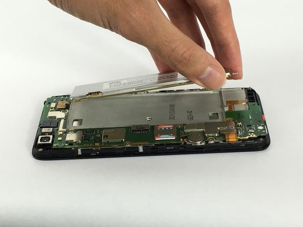 نوک قاب باز کن یا اسپاتول را به آرامی از لبه فوقانی به زیر باتری هوآوی SnapTo G620 تعمیری فرو برده و آن را به سمت بالا هول دهید تا لبه فوقانی باتری گوشی از روی قاب آن بلند شود.