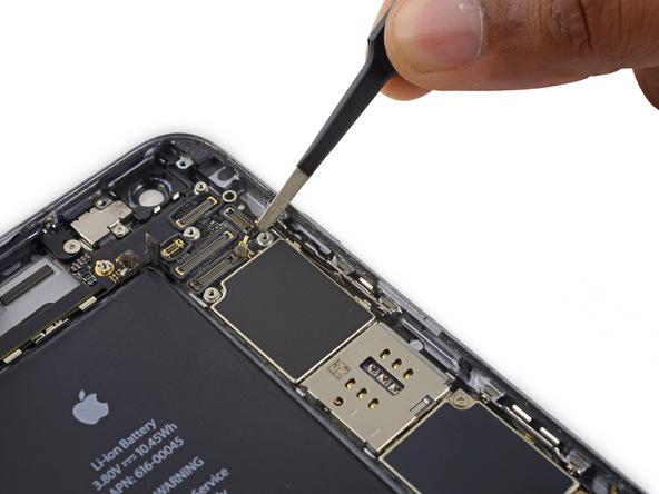 کابل آنتن وای فای آیفون 6 اس پلاس تعمیری در لبه سمت راست گوشی به گیره هایی متصل است. کابل را در نزدیکی گیره ها با نوک پنس گرفته و به آرامی آزاد کنید.