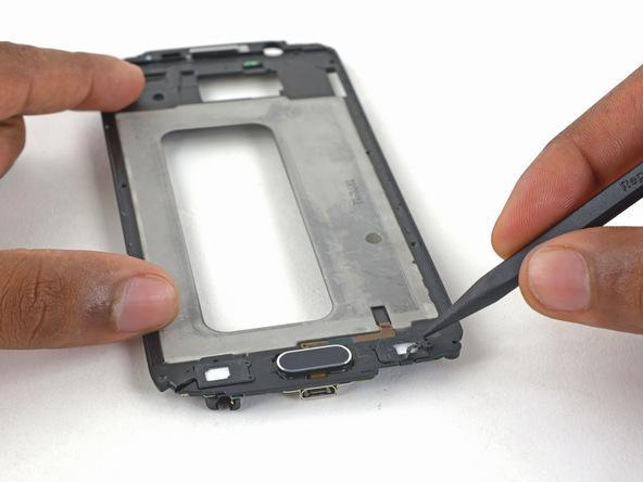 فریم پلاستیکی نمایشگر را پشت و رو کنید و کانکتور ظریف سمت راست دکمه هوم گوشی را با اسپاتول آزاد نمایید.