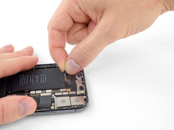 دست خود را به گونهای روی قاب آیفون X (ایکس) تعمیری قرار دهید که روی باتری را بپوشاند اما نیروی به آن وارد نشود.