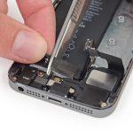 وسط چسب نگهدارنده باتری را برش دهید تا به دو قسمت تقسیم شود.