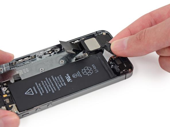 لبه چسب نگهدارنده باتری سمت راست را گرفته و آن را با نیروی یکنواخت به سمت بالا و عقب بکشید. کشیدن را تا جایی ادامه دهید که حس کنید مقاومت چسب افزایش یافته است.