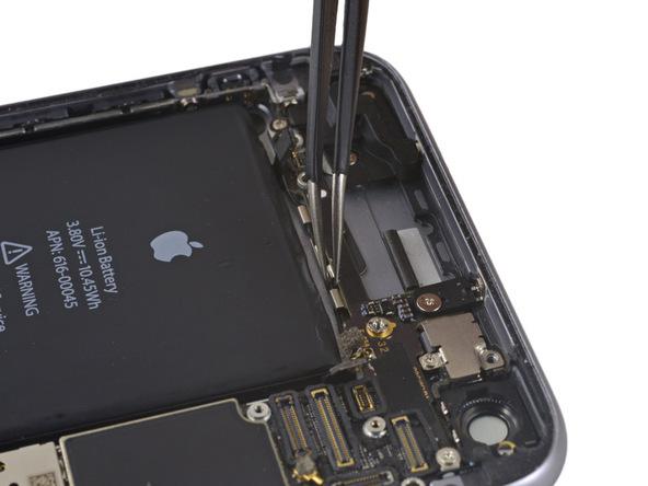 در بالای باتری آیفون 6 اس پلاس، گیره هایی قرار دارد که کابل آنتن فوقانی گوشی در آن ها چفت شده است. با نوک پنس کابل آنتن را از بین گیره اول و دوم بگیرید و خیلی آرام آن را به سمت باتری بکشید تا از کلیپس جدا شود.