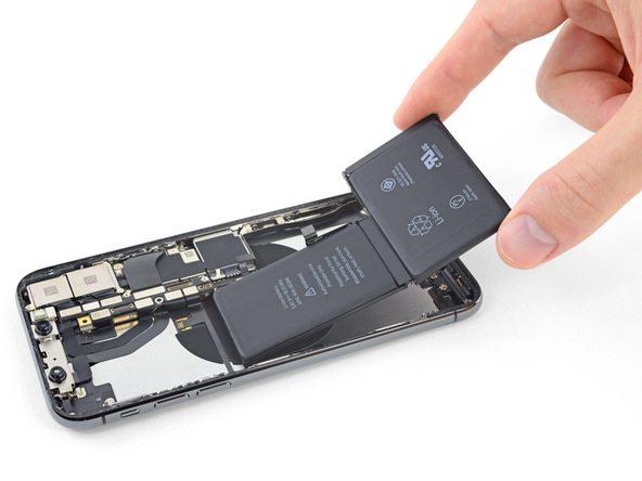 به آرامی لبه زیرین باتری آیفون X را گرفته و این قطعه را از گوشی جدا کنید.