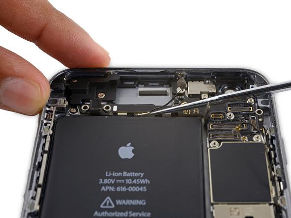 کابل آنتن سلولی فوقانی آیفون 6S Plus تعمیری را مثل حالت قبل از گیره های دوم و سوم هم باز کنید.