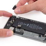 دومین چسب نگهدارنده باتری آیفون 5s تعمیری را هم دقیقا مثل چسب اول باز کنید. با این تفاوت که این بار باید سعی کنید چسب را به لبه سمت چپ باتری هدایت نمایید و از این بخش خارج کنید.