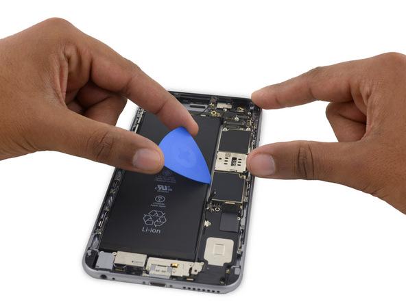 نوک پیک را از کنار باتری در زیر لبه سمت چپ برد آیفون 6S Plus فرو کنید و خیلی آرام آن را به سمت بالا هول دهید تا از جایگاهش بلند شود.