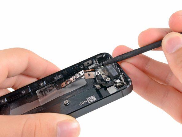 براکت پشت دکمه ولوم و سایلنت آیفون 5 تعمیری را از گوشه درب پشت کنار بزنید.
