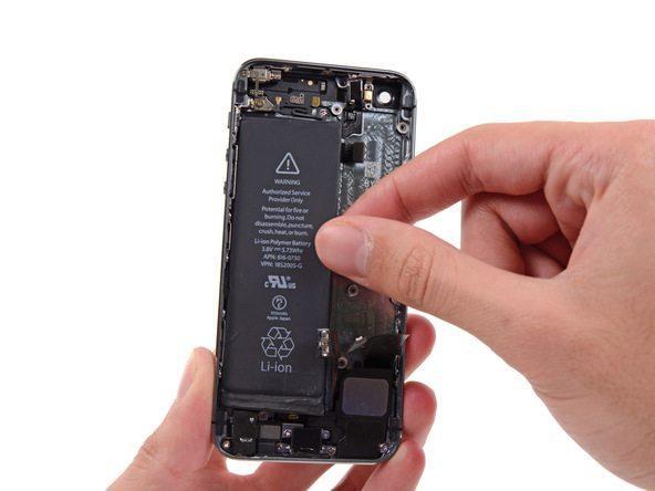 باتری آیفون 5 اس تعمیری را کاملا از درب پشت گوشی جدا نمایید.