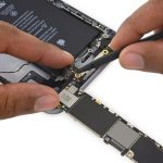 نوک اسپاتول را در زیر کانکتور کابل بلوتوث آیفون 6S Plus تعمیری قرار دهید و آن را به سمت بالا هول دهید تا از روی برد گوشی جدا شود.