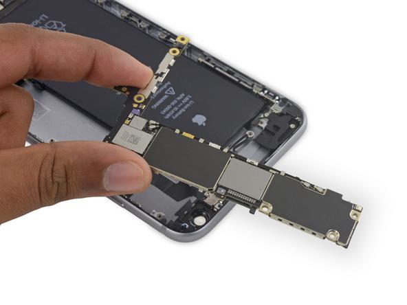 میتوانید برد آیفون 6 اس پلاس تعمیری را برداشته و از روی پنل پشت گوشی جدا کنید.