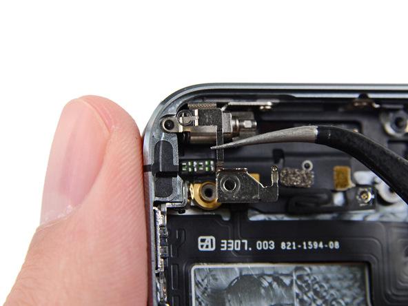 براکت ویبراتور آیفون 5s را از گوشه درب پشت آن جدا نمایید.