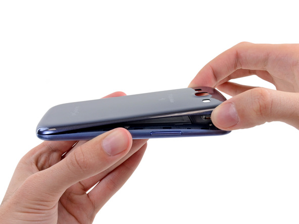 لبه فوقانی درب پشت Galaxy S3 تعمیری را با دست گرفته و آن را کامل از بدنه گوشی جدا کنید.