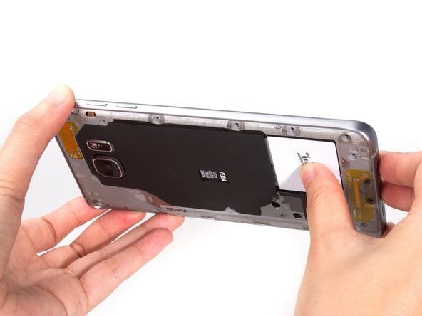 گلکسی نوت 5 تعمیری را مثل عکس اول به گونهای در دستتان بگیرید که بتوانید بدنه گوشی را به سمت بیرون هول داده و فریم میانی آن را ثابت نگه دارید. اگر حالتی که در عکس اول نشان داده شده را پیاده کردید، باید با انگشت شست دست راستتان بخشی که در عکس مشخص شده را به سمت بیرون هول دهید و سایر قسمت های قاب گوشی را به سمت عقب بکشید.