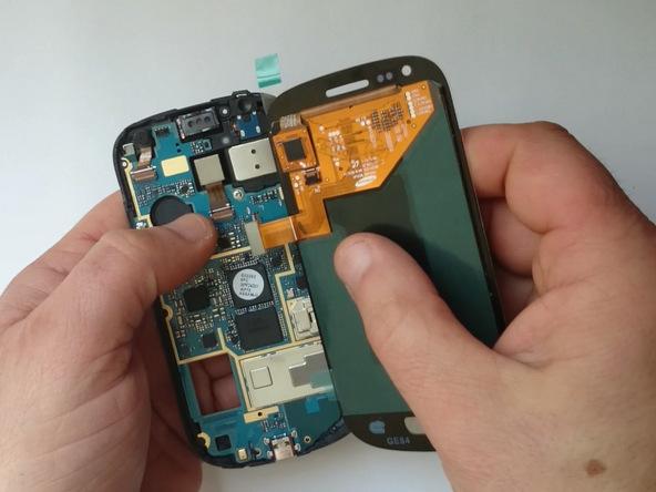 بهتر است در همین مرحله LCD جدید گلکسی اس 3 مینی را به آن وصل و عملکردش را بررسی کنید. برای انجام این کار کانکتور LCD را به مادربرد وصل کنید و سپس باتری گوشی را هم جا بزنید. سپس گوشی را روشن کنید. در این شرایط باید نمایشگر گوشی بدون مشکل روشن شود.