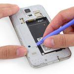 نوک قاب باز کن یا اسپاتول را در زیر لبه برات پلاستیکی دکمه هوم گلکسی اس 5 تعمیری که در عکس ها مشخص شده قرار دهید آن را به سمت بالا هدایت کنید تا باز شود.