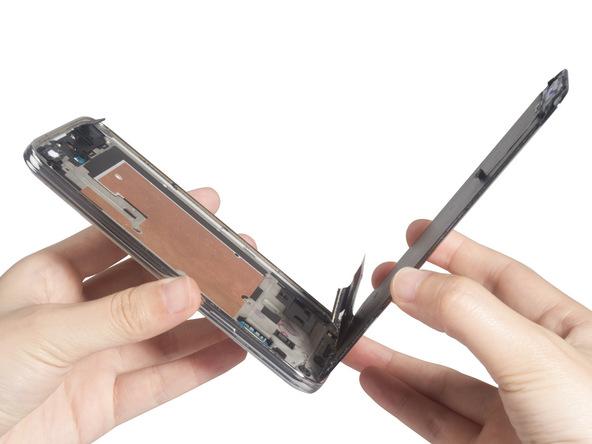 به آرامی صفحه نمایش یا همان ال سی دی گلکسی اس 5 مینی تعمیری را کاملا از درب پشت گوشی جدا نمایید.