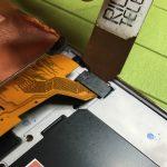 براکت روی کانکتور تاچ و ال سی دی Galaxy S5 neo تعمیری را از روی آن بردارید.