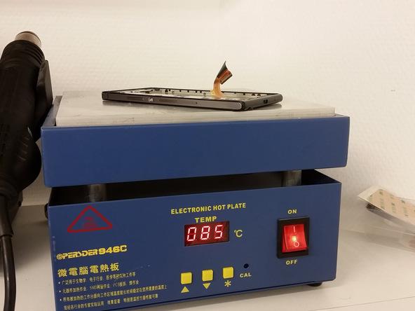 با هیتر، آیاوپنر، سشوار یا هر ابزار مناسب دیگری که در اختیار دارید به درب پشت هوآوی P7 تعمیری گرمایی در حدود 5 درجه سانتیگرارد اعمال کنید. گرما را برای مدت زمان 1 دقیقه روی درب پشت گوشی اعمال نمایید. اگر از سشوار برای انجام این کار استفاده میکنید باید به هر یک از لبه های درب پشت گوشی به مدت 1 دقیقه گرما بدهید.