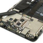 سه کانکتوری که در لبه فوقانی باتری میت 9 هوآوی (Huawei Mate 9) واقع شدهاند و روی برد گوشی نصب هستند را با نوک اسپاتول سر صاف آزاد کنید. این سه کانکتور به ترتیب کانکتورهای اینترکانکت (اتصال دهنده برد اصلی به فلت شارژ)، باتری و ال سی دی هوآوی میت 9 هستند.