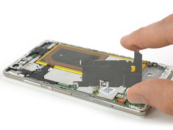 براکتی که در مرحله 4 از روی کانکتور باتری هوآوی P8 Lite برداشته بودید را در جایگاهش قرار داده و سه پیچ فیلیپس #000 آن را مجددا وصل کنید تا براکت مذکور بار دیگر روی مادربرد گوشی نصب شود.