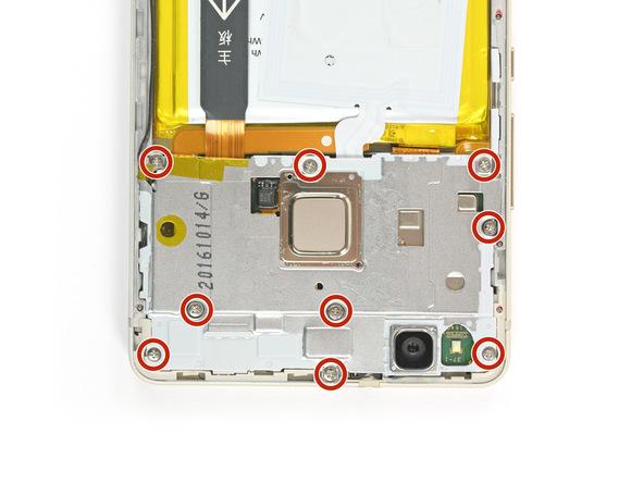نه پیچی که در عکس اول با رنگ قرمز مشخص شدهاند را با پیچ گوشتی فیلیپس #000 از لبه فوقانی قاب هوآوی P9 Lite تعمیری باز کنید. این پیچ های پلیت یا درپوش روی برد گوشی را محکم بر روی آن نگه میدارند.